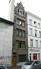 Kantoorgebouw en burchtmuur