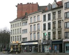 Winkelhuizen en café in neoclassicistische stijl