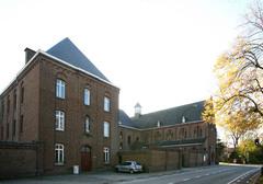 Passionistenklooster met kloostertuin en kerk