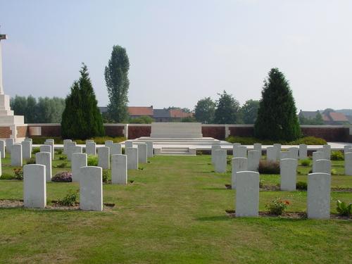 Reningelst: Reninghelst New Military Cemetery: Stone of remembrance met grafstenen