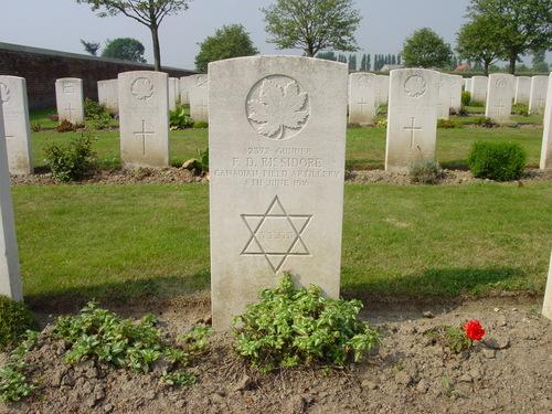 Reningelst: Reninghelst New Military Cemetery: Grafsteen Canadees, Jood, Artillerie, Juni 1916