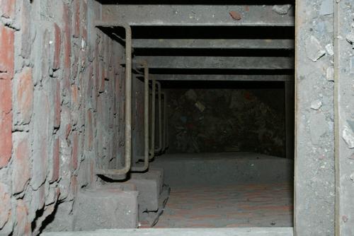 Schuilplaats uit WO II in pilaar van de kerk van het Karmelietenklooster te Ieper