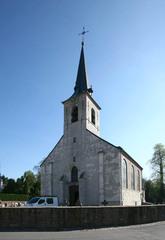 Parochiekerk Sint-Jan de Doper met ommuurd kerkhof