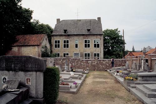 Zicht naar de achtergevel van de pastorie van het begijnhof, vanop de stedelijke begraafplaats van Sint-Truiden