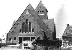 Parochiekerk Heilige Kruisverheffing met kerkhof