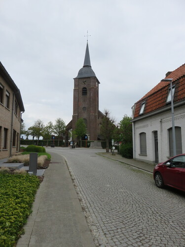 Zicht op de Sint-Pieterskerk vanuit de Juliaan Claerhoutstraat