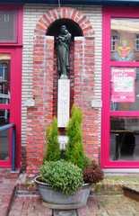 Beeld van Onze-Lieve-Vrouw van de Vrede met fontein