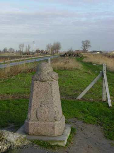 Diksmuide IJzerdijk 65 Demarcatiepaal met zicht op Duitse bunker