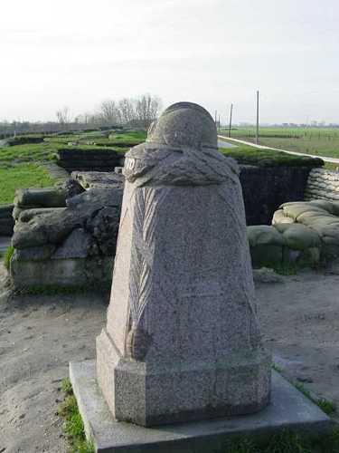 Diksmuide IJzerdijk 65 Demarcatiepaal met zicht op loopgraven